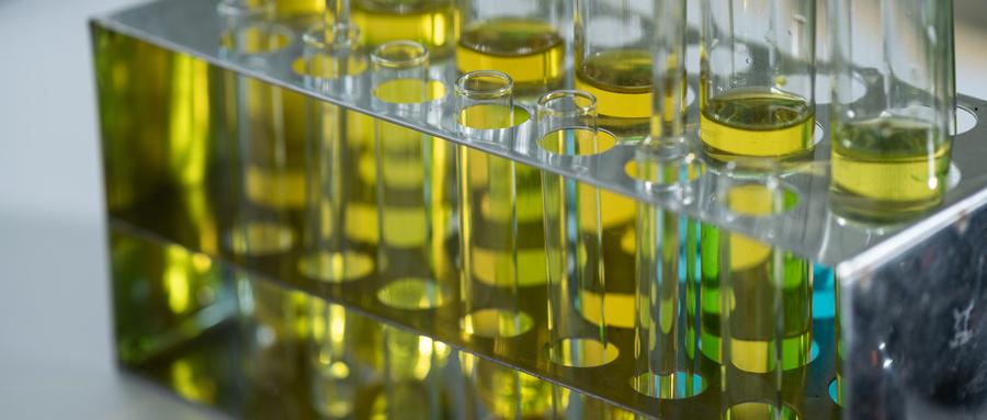 摄图网_300886313_wx_生物燃料油实验室的研究,生物燃料能源的(企业商用).jpg
